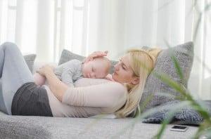 Mutter mit Baby auf der Couch