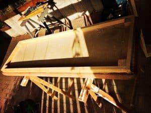 abgetrennter Deckel vom alten Sprungkasten