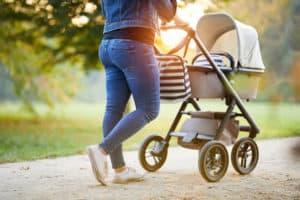 Mit dem Kinderwagen im Park unterwegs