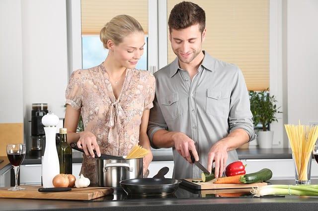 Gemeinsames Kochen ist ein Microdate, das sich einfach in den Alltag mit Kindern einbauen lässt.