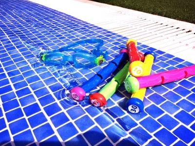 Wassergewöhnung bei Kleinkindern Tauchsticks im Wasser kl