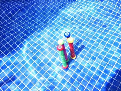 Tauchsticks im Wasser Beckenboden