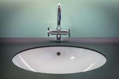 Das Waschbecken lässt sich auch gut mit einem herkömmlichen Badreiniger hygienisch sauber machen