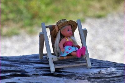 Kinderhaut ist besonders empfindlich. Daher muss bei Reisen in die Sonne unbedingt Sonnencreme mit ausreichendem Lichtschutz verwendet werden.