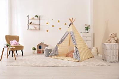 Gemütliche Kinder-Innenraum mit Spielzelt und Spielzeug Tipi Zelt